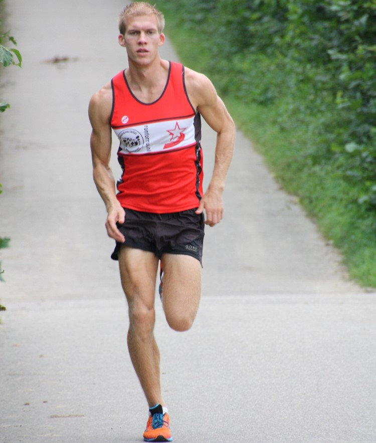 Bas Van Hooren running front view and red shirt during ground contact